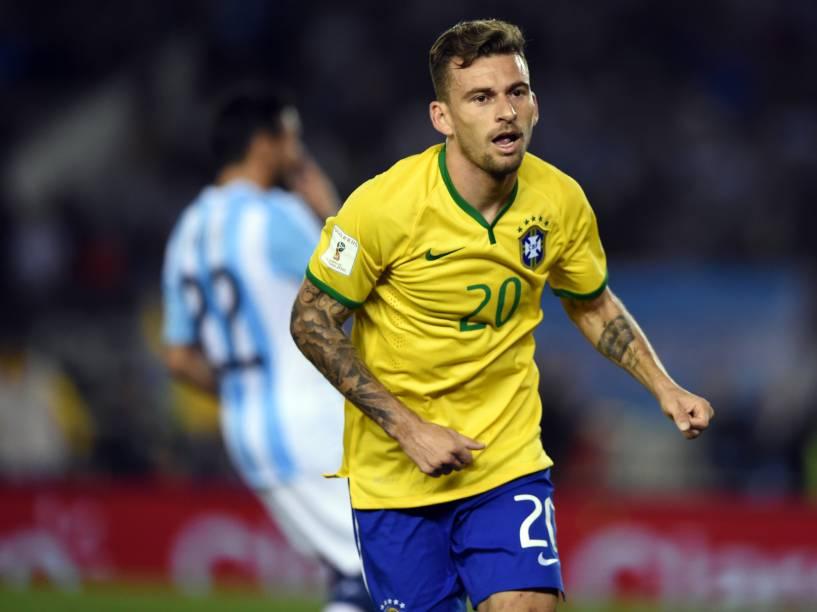 Lucas Lima do Brasil comemora gol de empate na partida contra a Argentina
