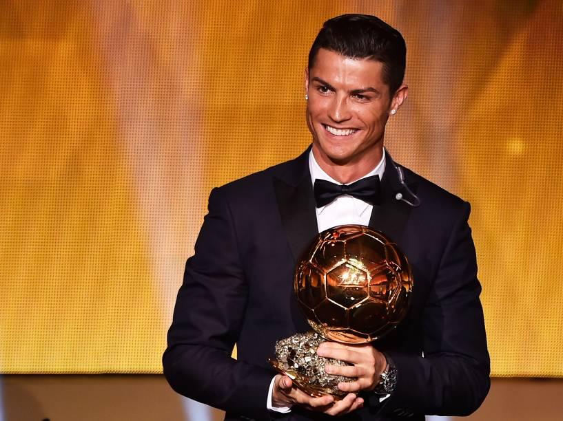 Cristiano Ronaldo conquista pela terceira vez a Bola de Ouro da Fifa, durante cerimônia em Zurique, na Suíça