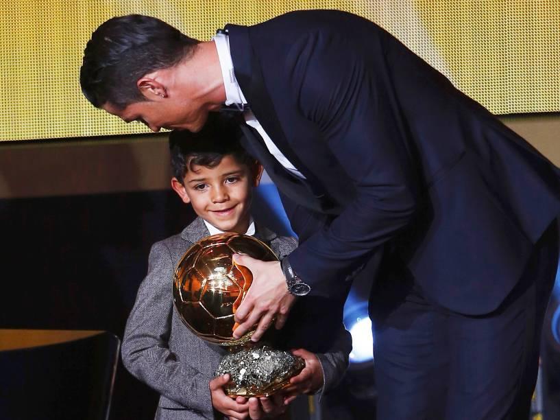 O craque do Real Madrid e da seleção portuguesa entrega a Bola de Ouro da Fifa para seu filho Cristiano Ronaldo Júnior durante premiação em Zurique