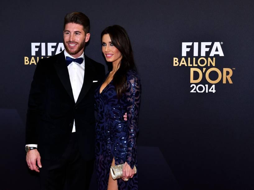 Jogador da seleção espanhola e do Real Madrid, Sergio Ramos, com a namorada jornalista Pilar Rubio durante o tapete vermelho da Bola de Ouro da FIFA 2015