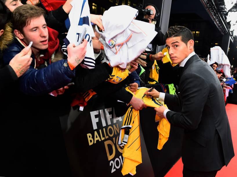 Colombiano James Rodriguez atografa pertences de fãs durante o tapete vermelho da Bola de Ouro FIFA 2015