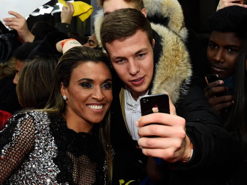 Fãs tiram foto com a brasileira Marta durante tapete vermelho da Bola de Ouro FIFA 2015