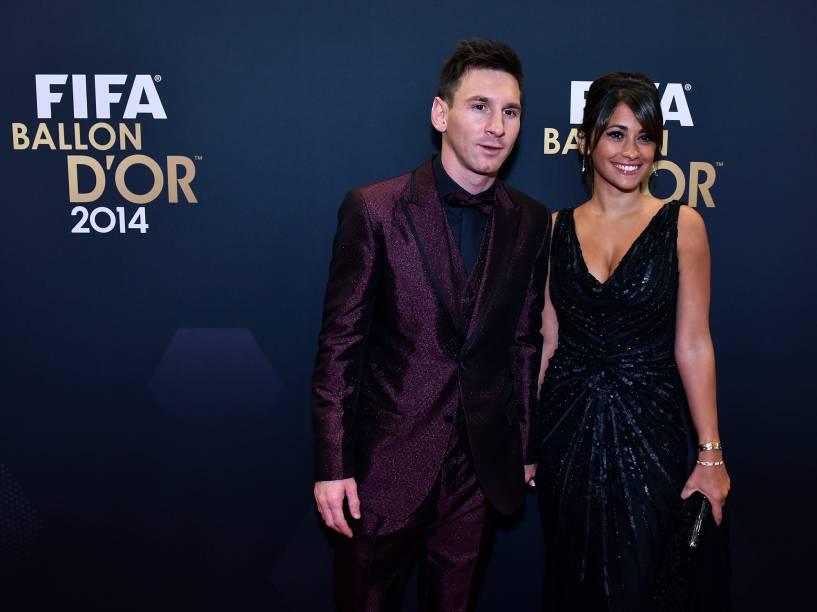 Nomeado ao prêmio de melhor jogador de 2014, Lionel Messi, e sua mulher, Antonella Roccuzzo, durante o tapete vermelho da Bola de Ouro FIFA 2015