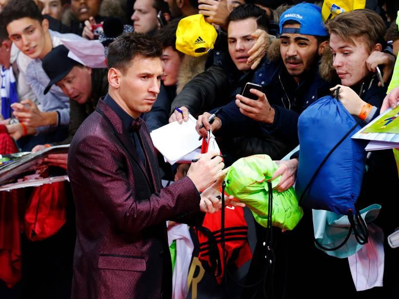O argentino Lionel Messi atende os fãs no tapete vermelho da Bola de Ouro FIFA 2015