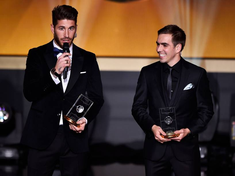 Philipp Lahm e Sergio Ramos recebem prêmio durante Bola de Ouro FIFA 2015, em Zurique