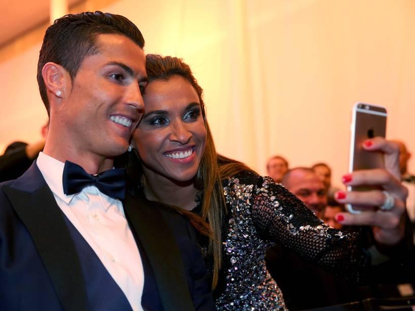 Marta e Cristiano Ronaldo tiram selfie momentos antes de iniciar a cerimônia da Bola de Ouro FIFA 2015, em Zurique