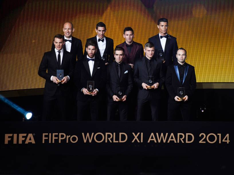 Arjen Robben, Angel Di Maria, Lionel Messi, Cristiano Ronaldo, Manuel Neuer, Sergio Ramos, Philipp Lahm, Toni Kroos e Andreas Iniesta ganham o prêmio FIFPro World XI Award 2014 durante a Bola de Ouro FIFA 2015, em Zurique