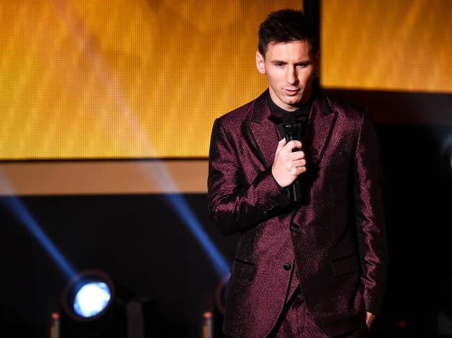 Lionel Messi discursa no palco durante a cerimônia do Bola de Ouro FIFA 2015, em Zurique