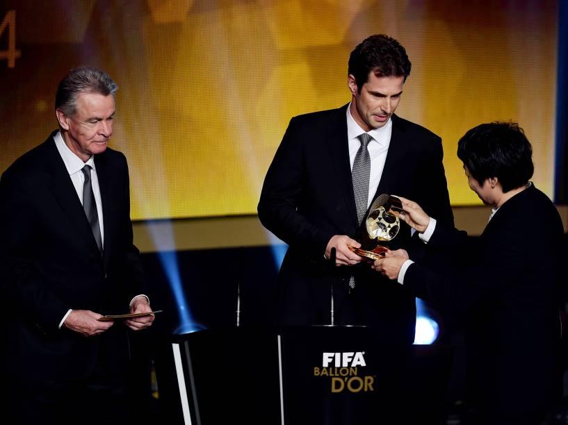 Ralf Kellermann, técnico da seleção feminina alemã, ganha prêmio de melhor técnico de times femininos durante o Bola de Ouro FIFA 2015
