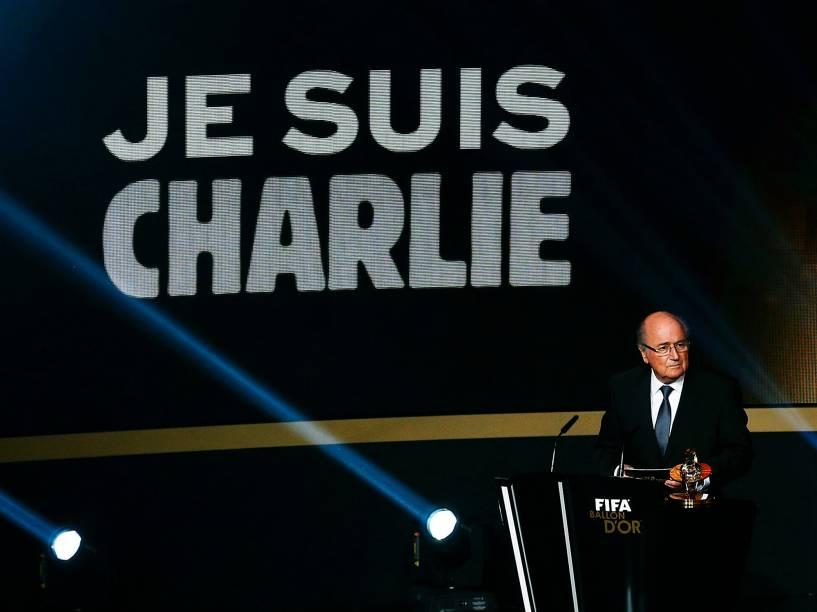 Projeção na tela da cerimônia do Bola de Ouro FIFA 2015 mostra apoio ao jornal satírico Charlie Hebdo, atacado em Paris na última semana