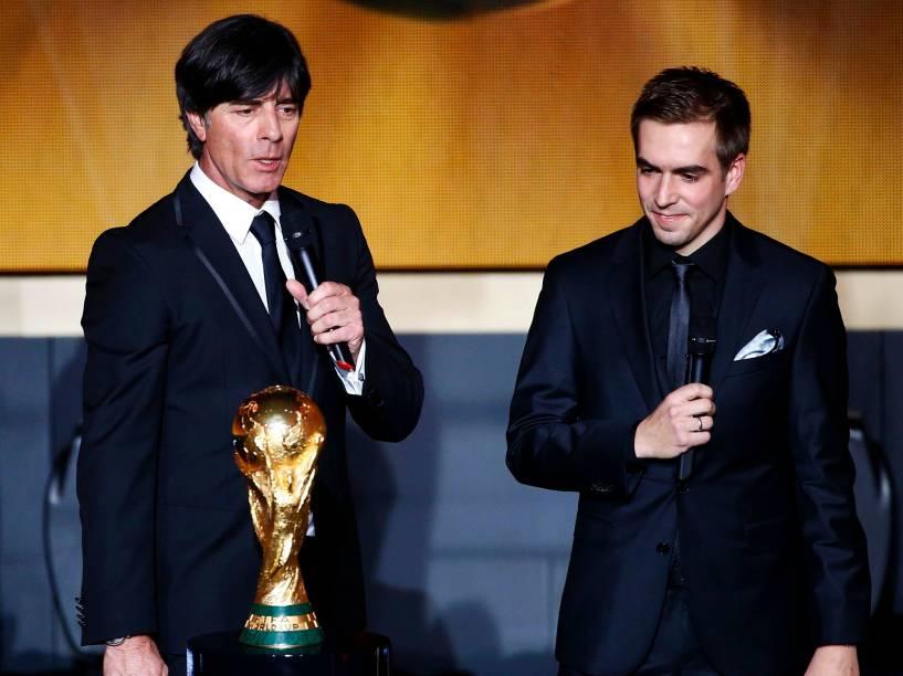 Ao lado do jogador Philipp Lahm, o treinador da seleção alemã, Joachim Loew, recebe o prêmio de melhor técnico de seleção masculina durante o evento do Bola de Ouro FIFA 2015 em Zurique