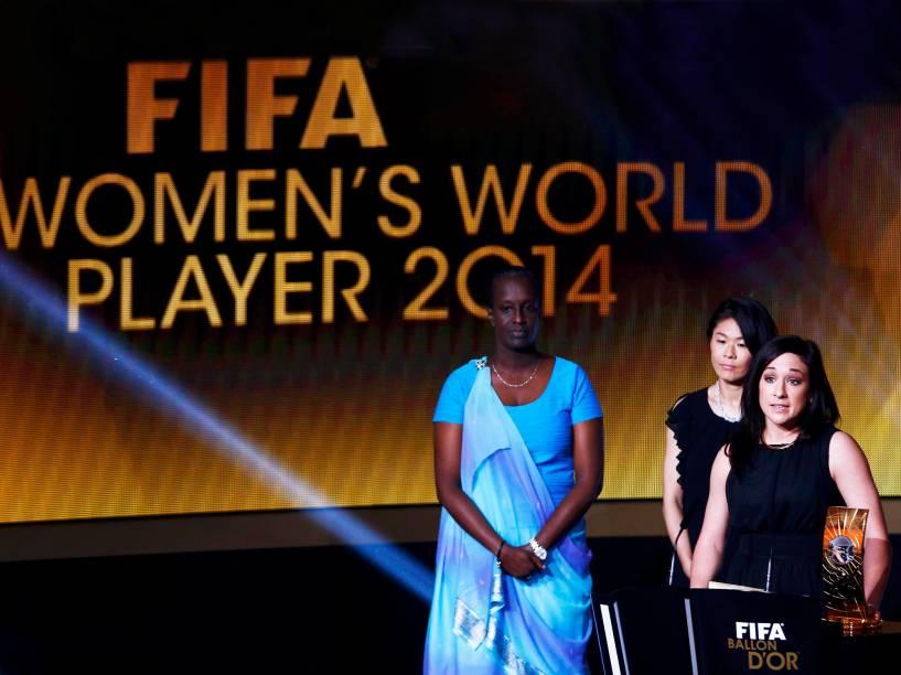 A alemã Nadine Kessler discursa após receber o prêmio de melhor jogadora de 2014 durante a cerimônia do Bola de Ouro FIFA 2015 em Zurique