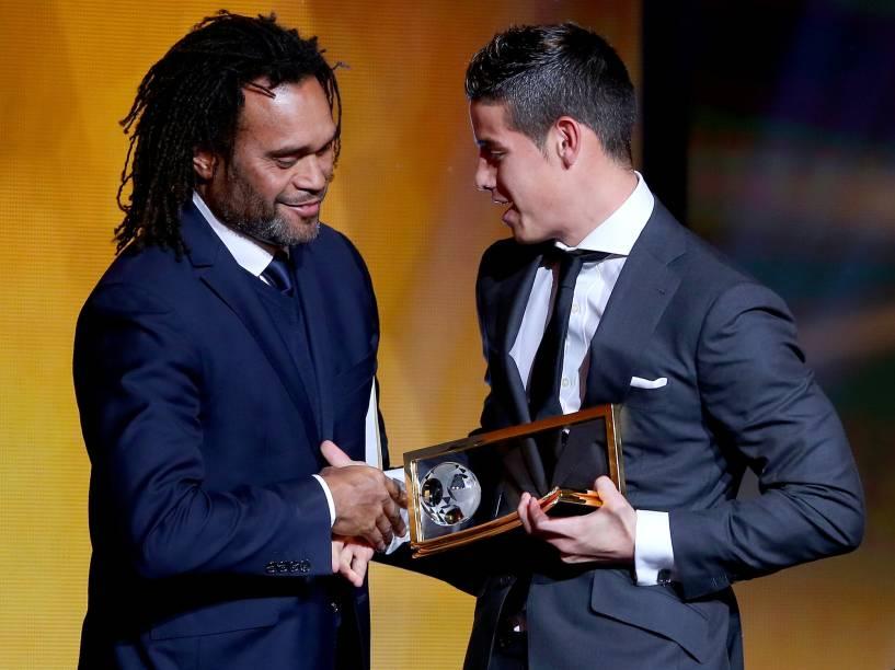 Colombiano James Rodriguez ganha prêmio por gol mais bonito, feito durante a Copa do Mundo no Brasil em 2014, na cerimônia do Bola de Ouro FIFA 2015 em Zurique