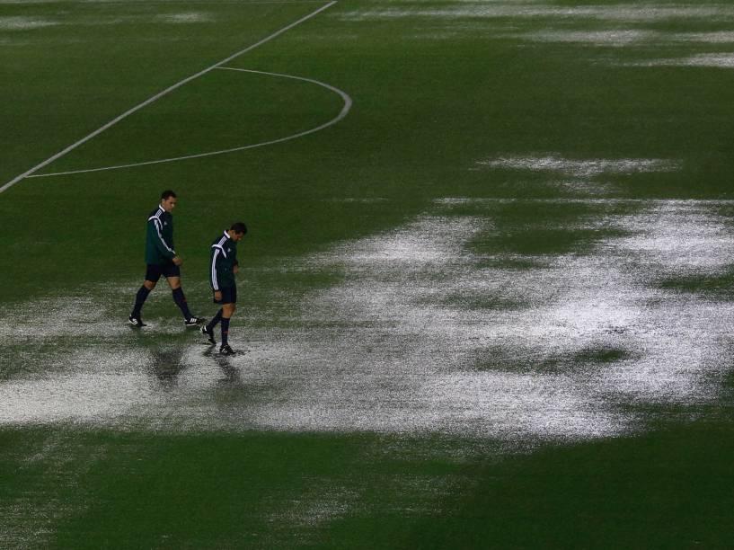 Integrantes da comissão de arbirtragem verificam o estado do gramado do estádio Monumental de Nuñez atingido pela forte chuva antes da partida entre Brasil e Argentina pelas eliminatórias da Copa 2018, em Buenos Aires - 12/11/2015