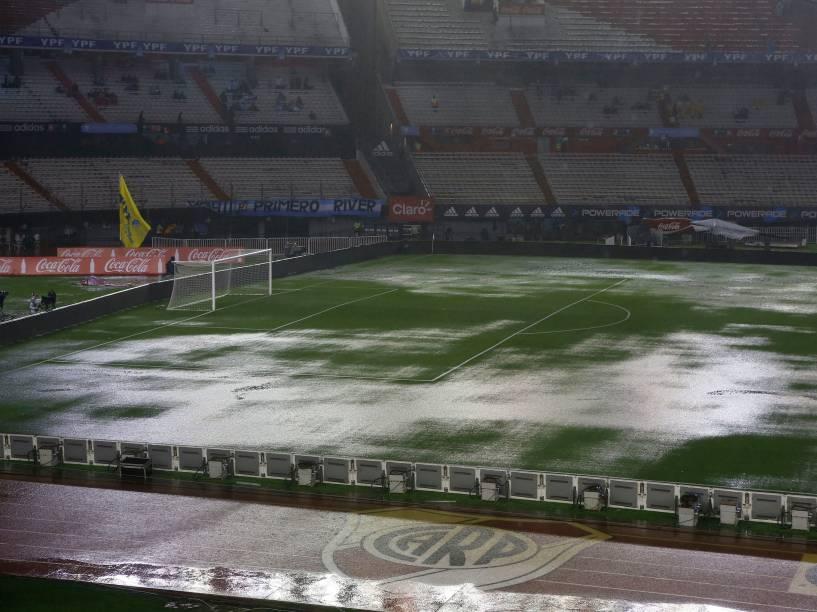 Vista geral do gramado do estádio Monumental de Nuñez atingido pela forte chuva antes da partida entre Brasil e Argentina pelas eliminatórias da Copa 2018, em Buenos Aires - 12/11/2015