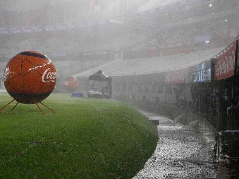 Chuva forte cai sobre o gramado do estádio Monumental de Nuñez antes da partida entre Brasil e Argentina pelas eliminatórias da Copa 2018, em Buenos Aires - 12/11/2015