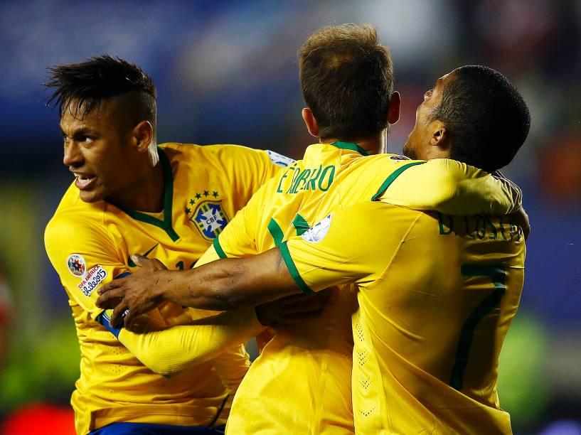 Neymar, Éverto Ribeiro e o autor do gol da vitória Douglas Costa, comemoram o triunfo sobre o Peru na estreia da seleção brasileira na Copa América