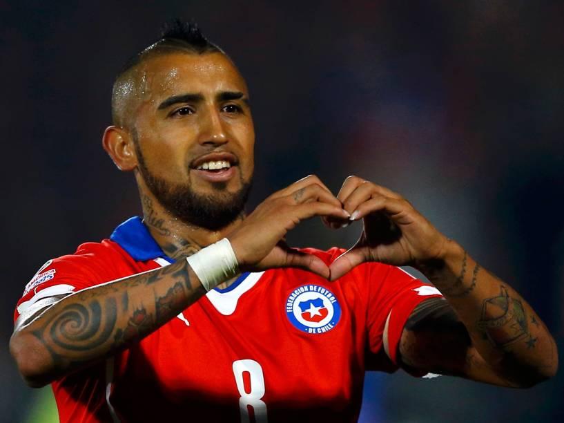 O volante Arturo Vidal comemora gol na vitória do Chile sobre o Equador em partida disputada no Estádio Nacional, em Santiago
