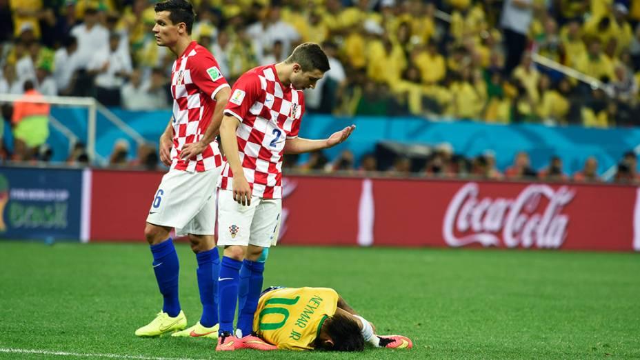 Jogador da Croácia manda Neymar levantar após lance no jogo de estreia da Copa do Mundo no Itaquerão, em São Paulo