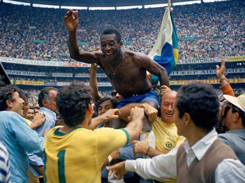 Pelé é carregado nos ombros após a final da Copa do Mundo contra a Itália, vitória por 4 a 1 e tri-campeonato mundial, na Cidade do México Estadio Azteca - 21/06/1970