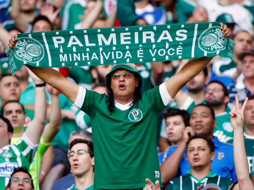 Torcida do Palmeiras faz a festa na partida contra o Santos, válida pela 14ª rodada do Campeonato Brasileiro