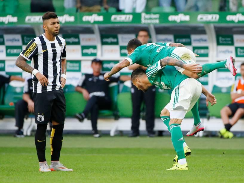 O atacante Gabriel do Santos observa a comemoração dos jogadores do Palmeiras, no momento do gol de Leandro Pereira