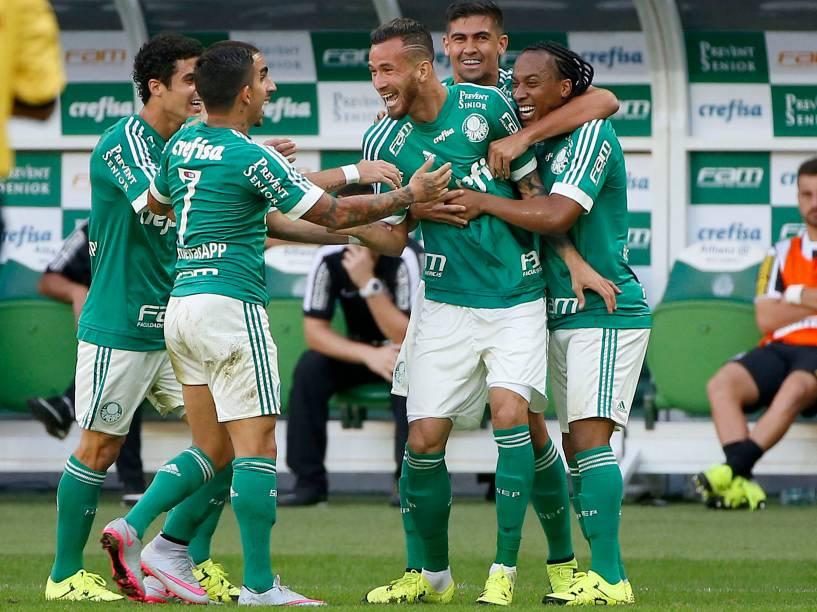 Jogadores do Palmeiras comemoram o gol de Leandro Pereira na vitória sobre o Santos