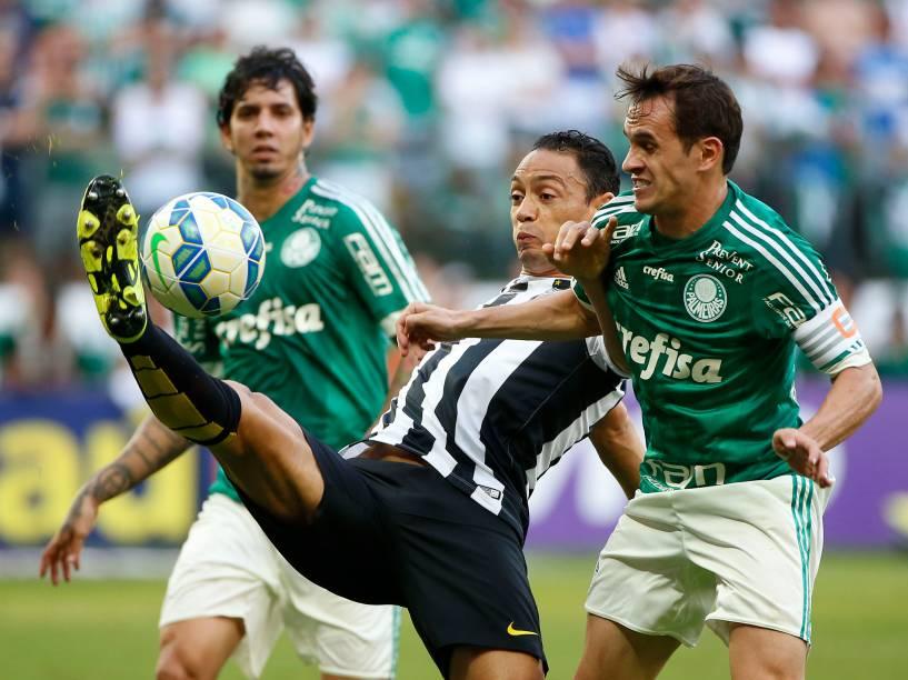 O atacante Ricardo Oliveira do Santos disputa jogada com a zaga do Palmeiras