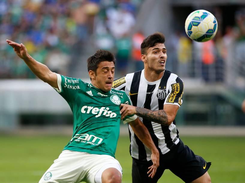 O meia Robinho do Palmeiras divide jogada com o lateral Zeca do Santos