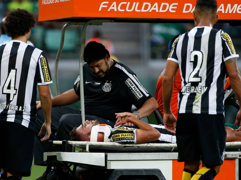 Após choque com o atacante Leandro Pereira do Palmeiras, o volante Thiago Maia, do Santos, caiu desacordado e foi retirado de campo com um colete cervical