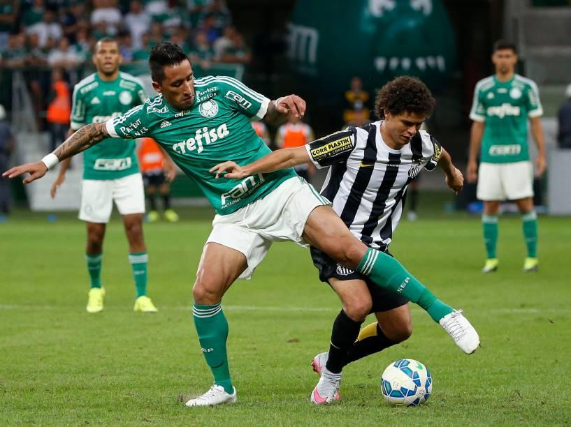 O atacante paraguaio Lucas Barrios do Palmeiras, divide jogada com o lateral Victor Ferraz do Santos