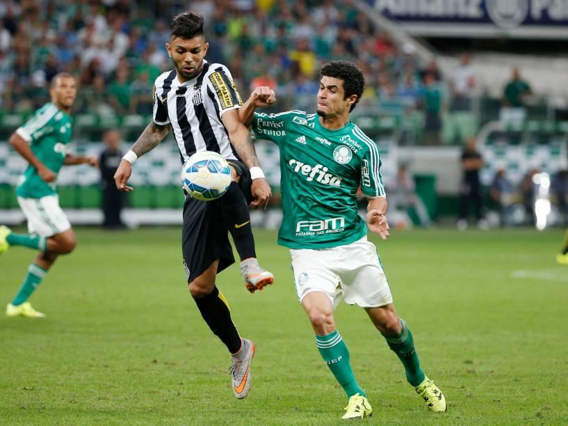 O atacante Gabriel do Santos divide jogada com o lateral Egídio do Palmeiras