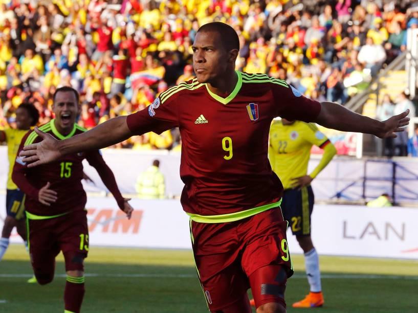 O atacante venezuelano José Rondón comemora o gol da vitória sobre a Colômbia no estádio El Teniente em Roncágua, no Chile