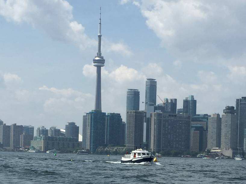A cidade vista do clube de campo do Royal Canadian Yacht Club, na Ilha Central de Toronto