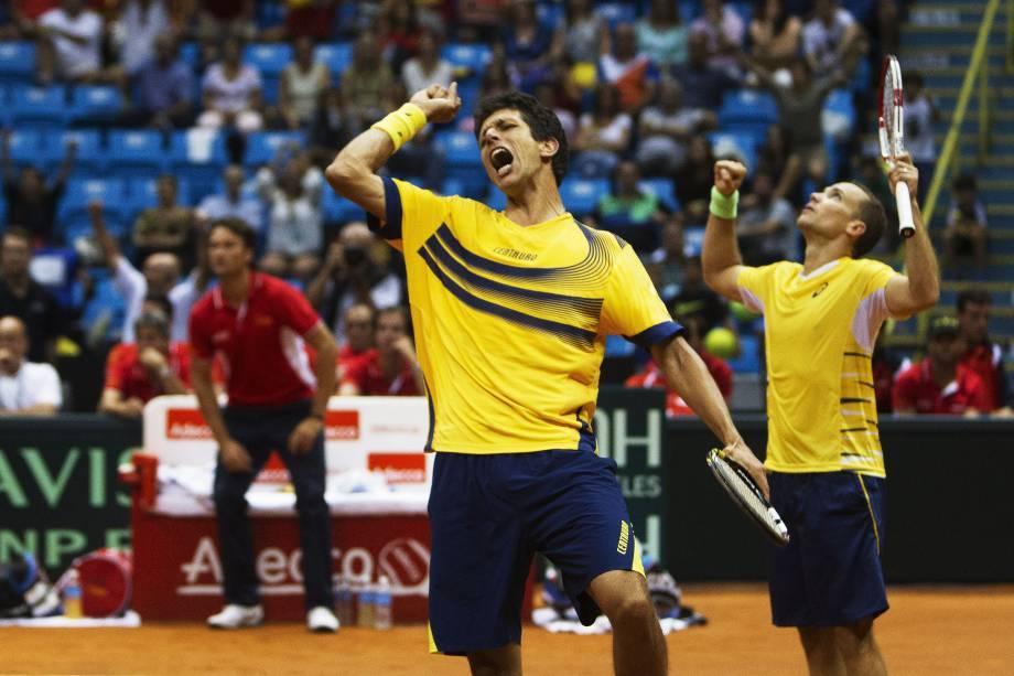 Os brasileiros Marcelo Melo (à esq.) e Bruno Soares comemoram após vencer Marc Lopez e David Marrero da Espanha em duelo da Copa Davis no Ginásio do Ibirapuera, em São Paulo - 13/09/2014