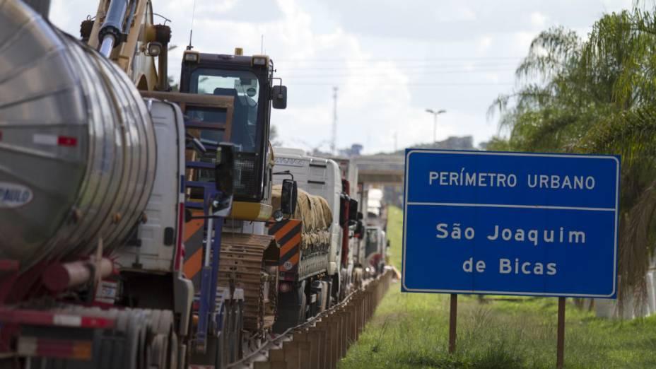 Caminhoneiros em protesto interditam a Rodovia Fernão Dias (BR 381), na altura da cidade de São Joaquim de Bicas (MG), sentindo São Paulo