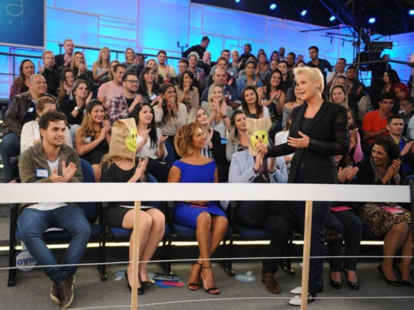 Convidados que não puderam comparecer devido a contrato com a Globo foram representados por pessoas com sacos na cabeça na platéia do programa
