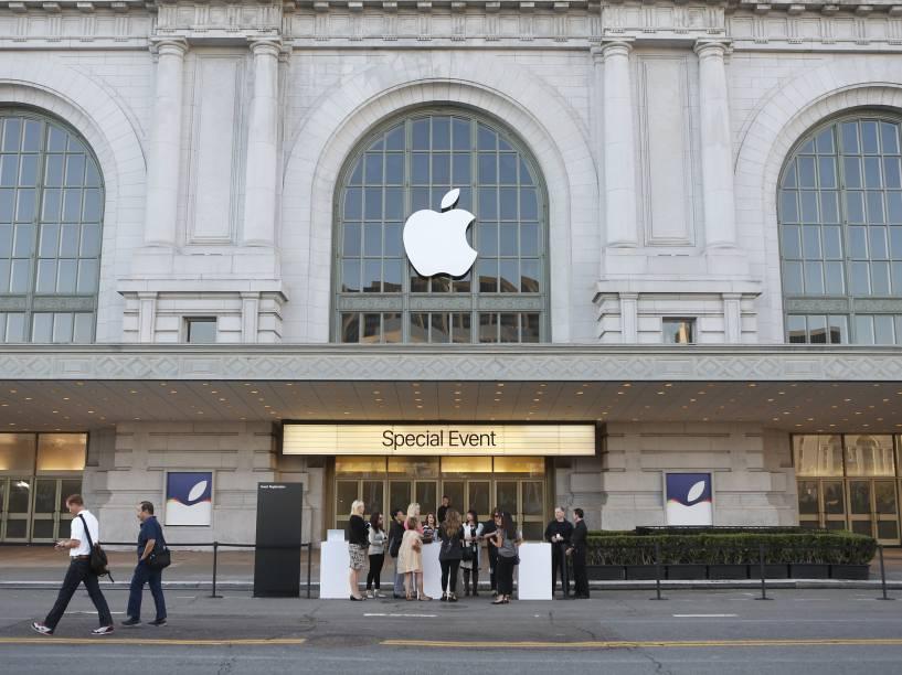 Pessoas formam fila na entrada do auditório onde acontece o evento da Apple em São Francisco, Califórnia, na expectativa pelos anúncios que serão feitos pela empresa