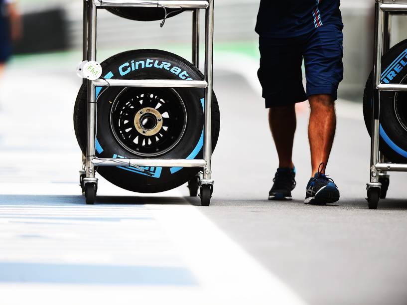 Equipes trabalham na preparação dos veículos para o GP Brasil de Fórmula 1, em Interlagos, São Paulo