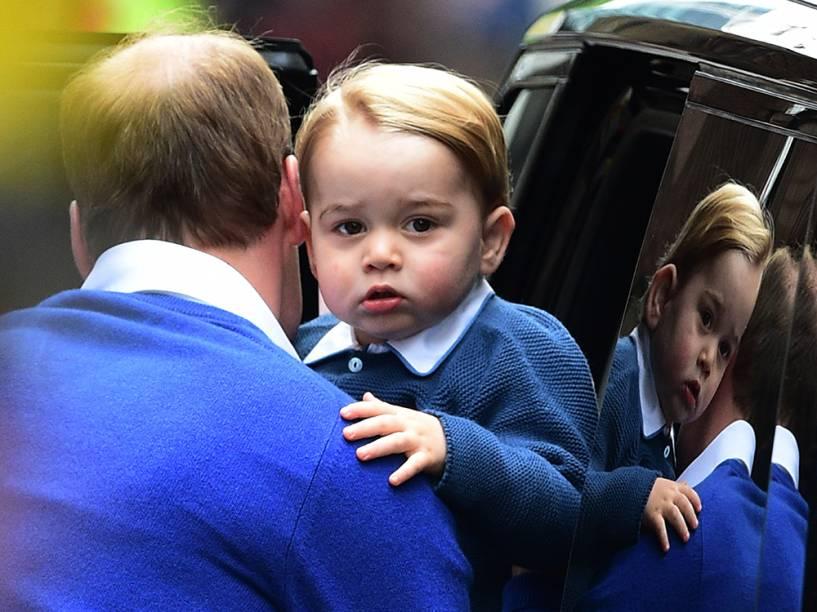 Príncipe George na entrada do hospital St. Mary, em Londres, na Inglaterra