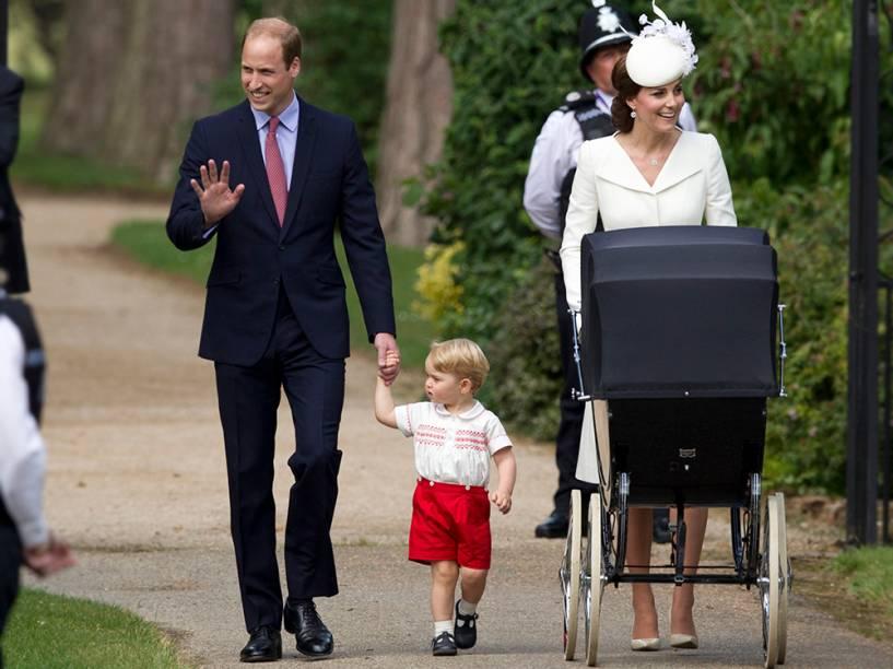 O príncipe William e a duquesa de Cambridge, Kate Middleton, apareceram pela primeira vez com seus dois filhos, o príncipe George e a princesa Charlotte