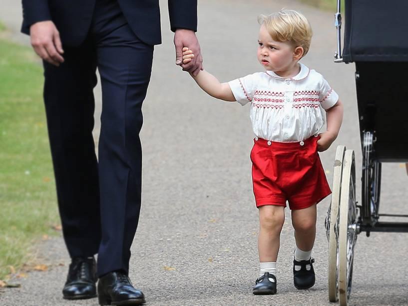 O príncipe George é visto ao chegar com os pais para o batizado da irmã, a princesa Charlotte