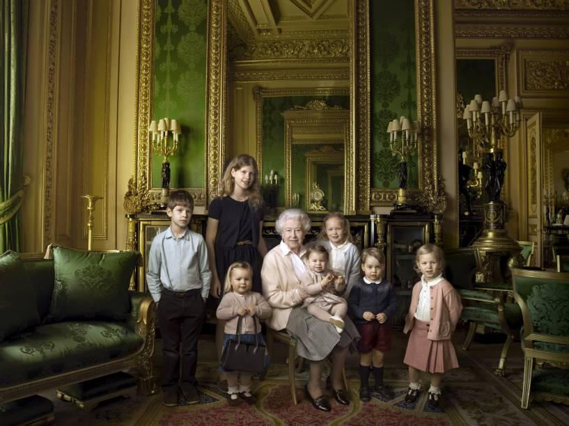 Elizabeth II posa para foto com os netos e bisnetos no castelo de Windsor