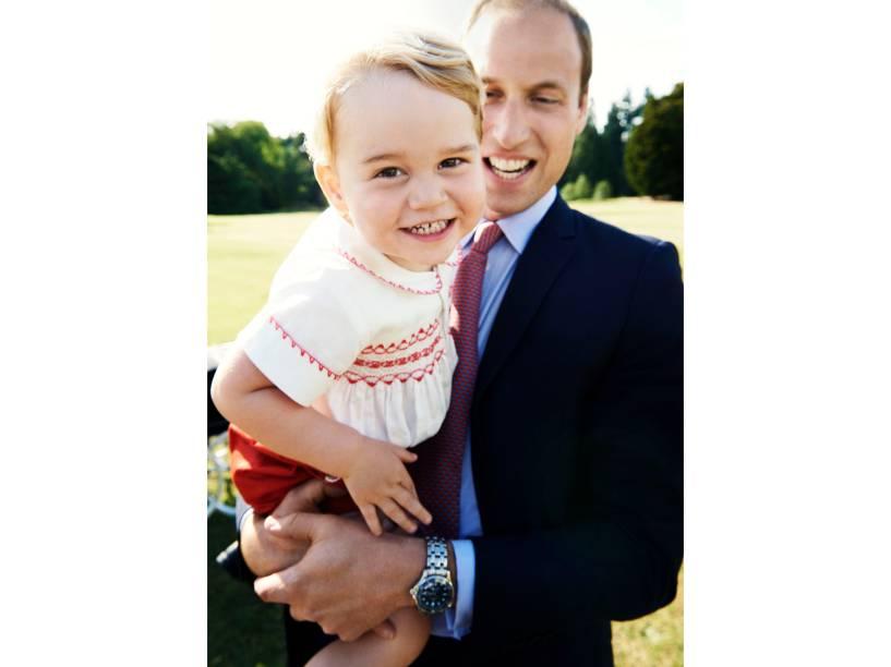 Príncipe William, com o príncipe George no colo, após a batismo da princesa Charlotte na propriedade de Sandringham em King Lynn, Inglaterra. A imagem foi divulgada para celebrar o segundo aniversário de George