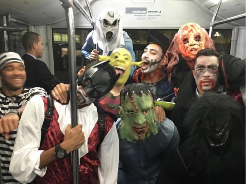 Jogadores do Barcelona fantasiados no ônibus, na saída do estádio do Getafe
