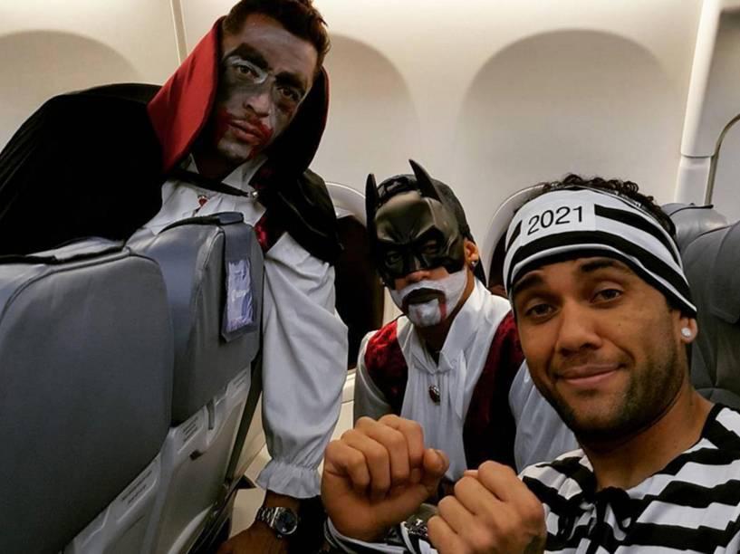 Adriano, Neymar e Daniel Alves continuaram fantasiados no avião que levou o time de volta a Barcelona