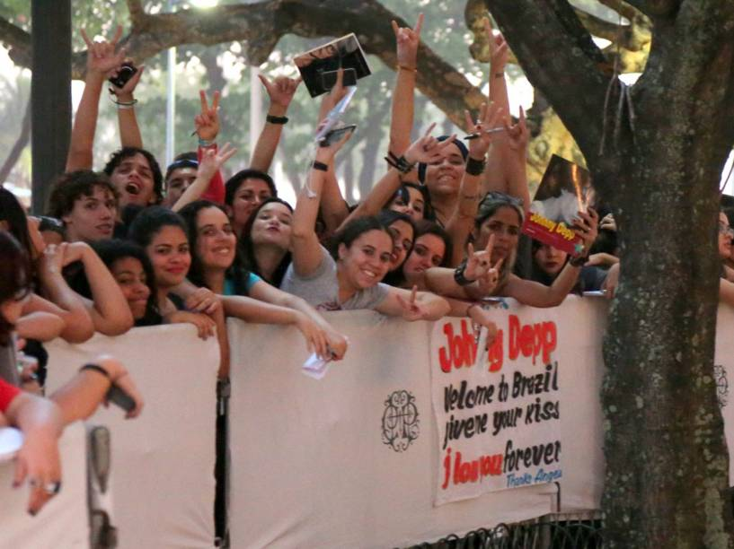 Fãs de Johnny Depp se reúnem em frente ao hotel em Copacabana no qual o ator está hospedado