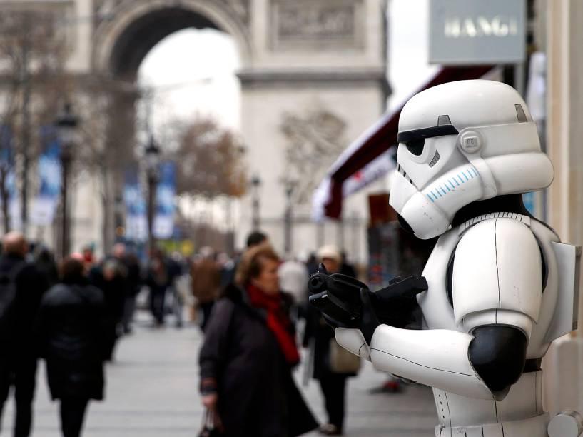 Fãs fantasiados para a estreia de Star Wars: O despertar da força no Grand Rex, nesta quarta, em Paris