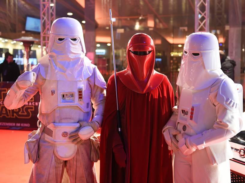 Fãs fantasiados para a estreia de Star Wars: O despertar da força , nesta quarta, em Berlim