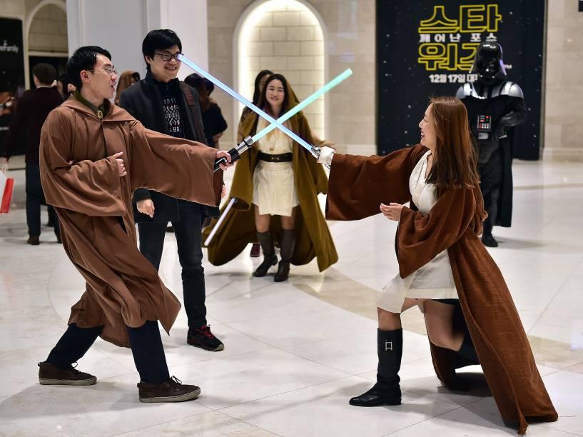 Fãs fantasiados para a estreia de Star Wars: O despertar da força , nesta quarta (16), em Seul, capital da Coreia do Sul